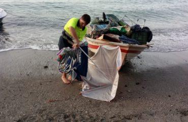 Playas informa de la limpieza realizada hoy en la Caleta de Maro