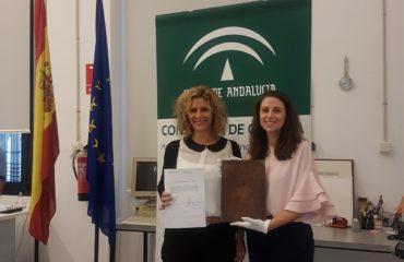La alcaldesa del municipio, Rosa Arrabal, ha recibido hoy el Libro de los privilegios de Nerja y Torrox, datado en 1705