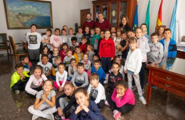 Alumnos del Colegio Narixa visitan el Ayuntamiento de Nerja