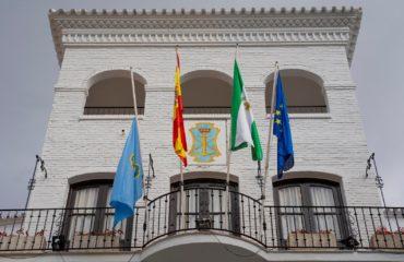 La bandera de Nerja ondea a media asta en señal de luto por las víctimas del coronavirus