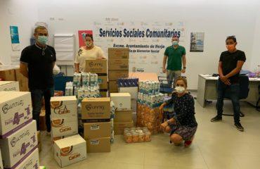 Los taxistas hacen entrega de alimentos a los  Servicios Sociales