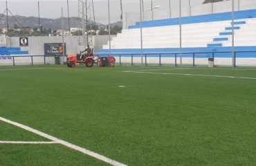 Se inician los trabajos de mantenimiento de las pistas de césped artificial