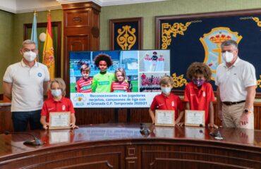 El Ayuntamiento reconoce a tres jóvenes promesas del fútbol por su éxito deportivo