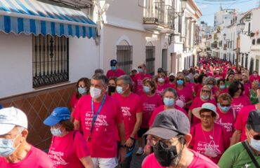 Más de 400 personas participan en la marcha de la Asociación Española Contra el Cancer de Nerja